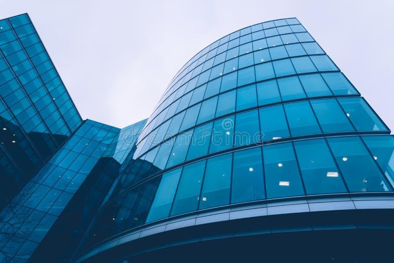 De moderne bouw met gebogen glasvoorgevel stock foto for Moderne bouw