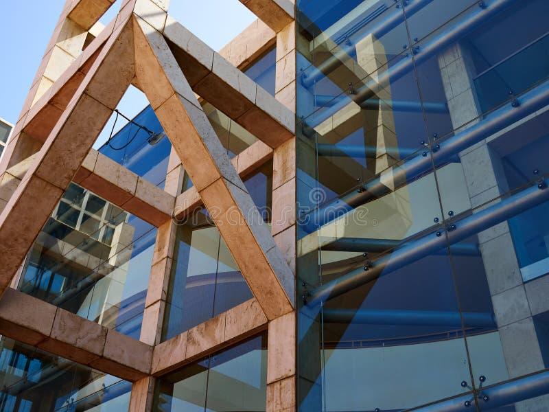 De moderne bouw met glas beklede voorgevel stock fotografie