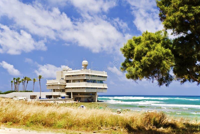 De moderne bouw op strand van de baai van Haifa, Israël royalty-vrije stock foto