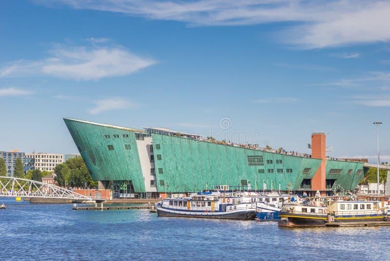 De moderne bouw van het Nemo Science-centrum in Amsterdam stock fotografie