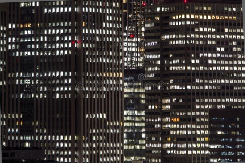 De moderne bureaubouw bij nacht stock foto's