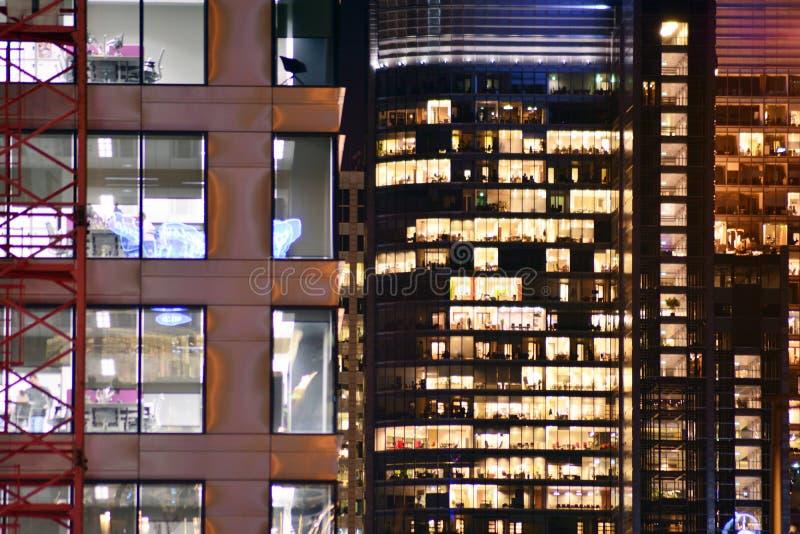 De moderne bureaubouw bij nacht royalty-vrije stock afbeeldingen