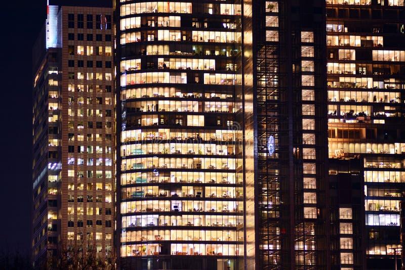 De moderne bureaubouw bij nacht stock afbeelding