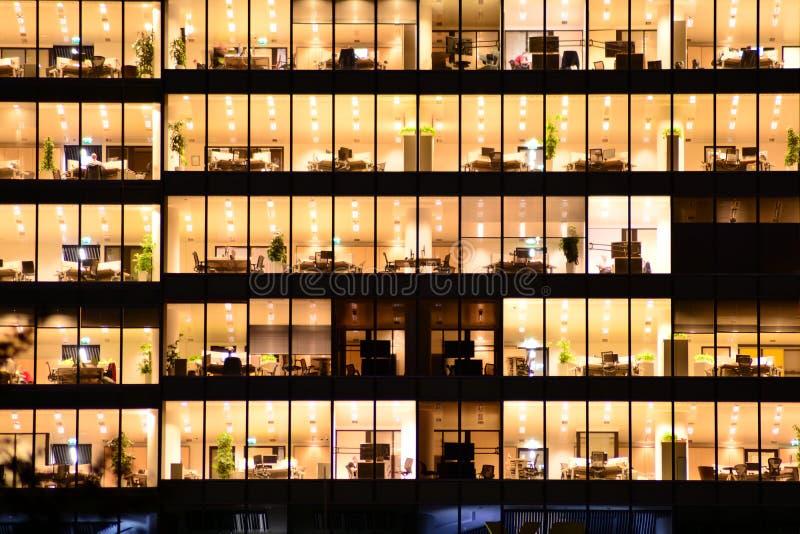 De moderne bureaubouw bij nacht Nachtlichten, de bouw van het stadsbureau de stad in, cityscape mening royalty-vrije stock fotografie