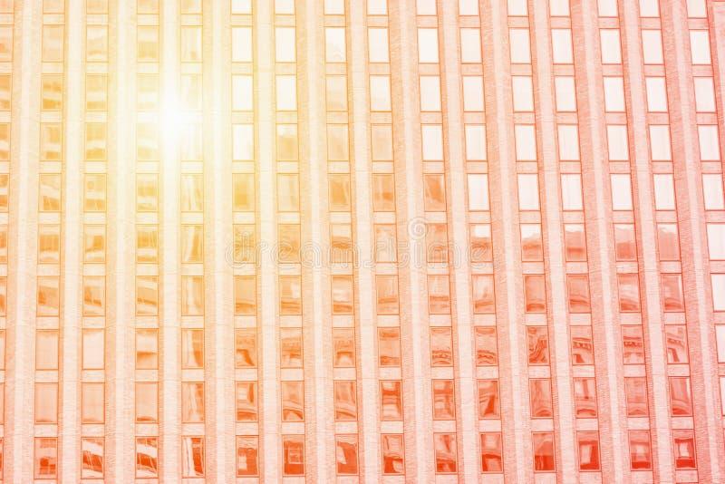 De moderne bureaubouw Detail van de wolkenkrabber Zonlicht, sinaasappel gestemde foto royalty-vrije stock foto's