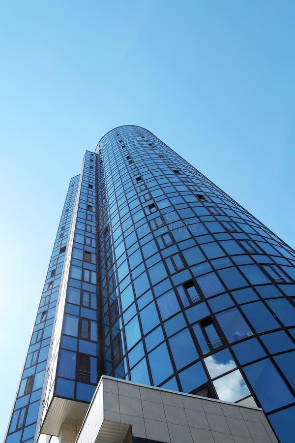 De moderne bureaubouw wolkenkrabber in de grote stad met blauwe hemel royalty-vrije stock foto