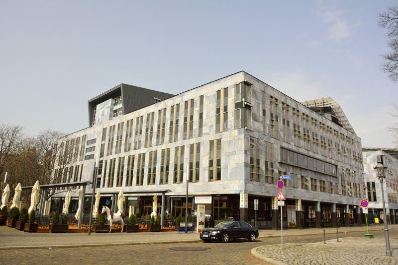 De moderne commerciële bouw op Domplatz in Maagdenburg stock afbeeldingen