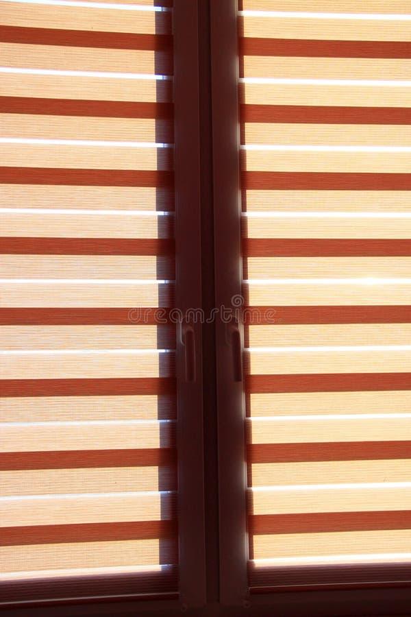 De moderne dag en nacht horizontale jaloezie beschermt ruimte tegen zonnige stralen royalty-vrije stock afbeeldingen