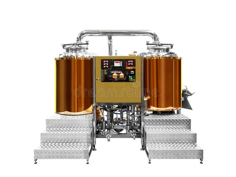 De moderne die brouwerij van de bierinstallatie, met het brouwen van ketels, schepen, tonnen en pijpen van roestvrij staal en cup royalty-vrije stock afbeelding