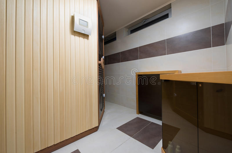 De moderne Finse cabine van de stijlsauna in badkamers royalty-vrije stock afbeelding