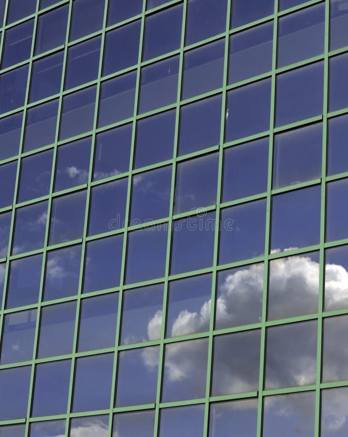 De moderne futuristische bedrijfsbouw in stad stock foto's