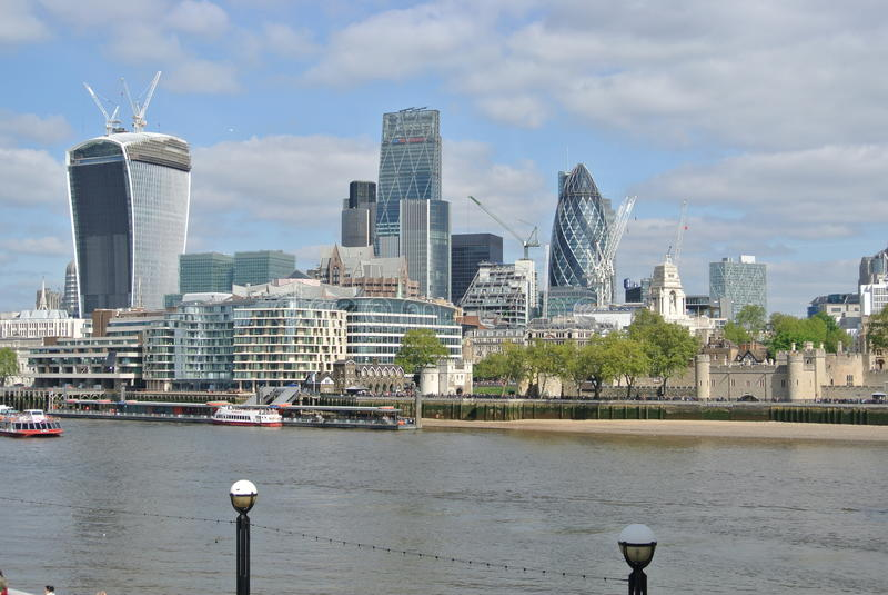 De Moderne Gebouwen van Londen over de Rivier van Theems stock foto's