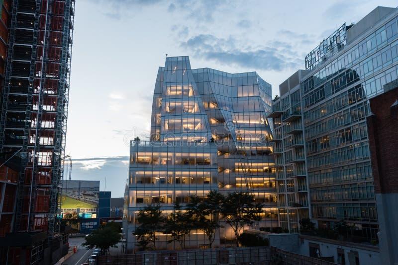 De moderne glas bouw stak helder van de binnenkant aan bij zonsondergang, Chelsea, Manhattan stock foto