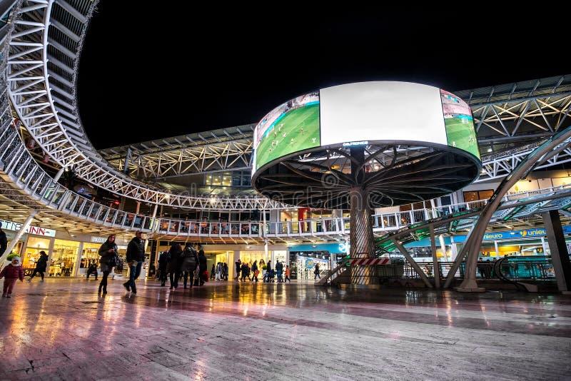 De moderne het winkelen arena Bologna van de centrum 's nachts wandelgalerij royalty-vrije stock foto