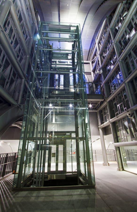 De moderne industriële structuur van metaalpylonen stock afbeelding