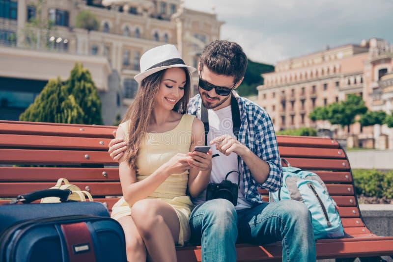 De moderne jeugd reist, gebruikend technologieapparaten, Internet, het genieten van De tienerjaren zitten in openlucht met camera royalty-vrije stock afbeeldingen