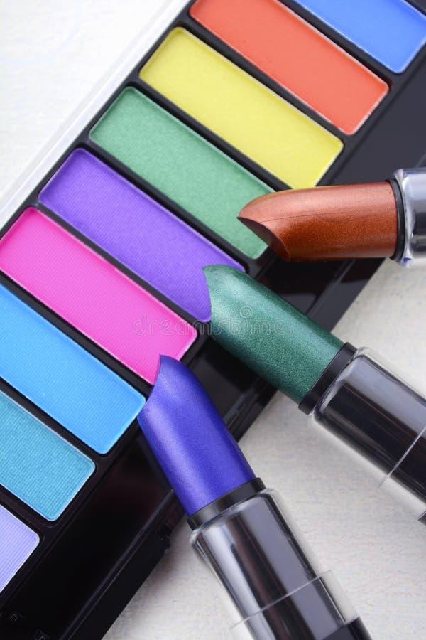 De moderne make-uplippenstift en waaier van de oogschaduwkleur stock foto's