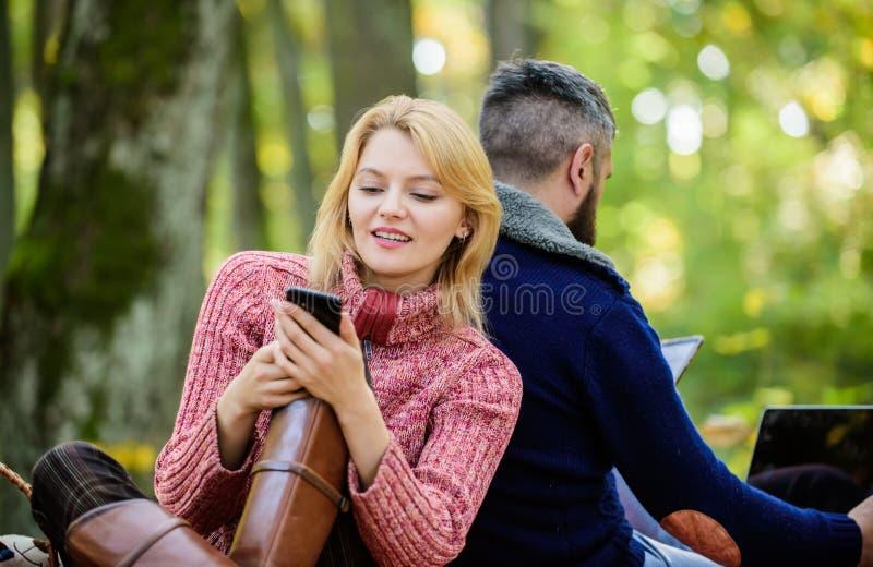 De moderne mensen impliceerden altijd online mededeling Online het levens moderne technologie Logout van alle rekeningen Het mode royalty-vrije stock afbeeldingen