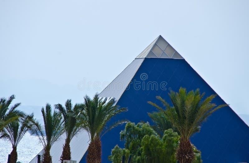De moderne piramidebouw stock afbeeldingen