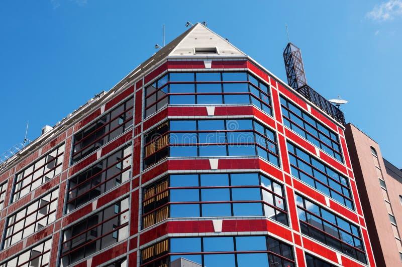 De moderne rode bouw tegen blauwe hemel royalty-vrije stock fotografie