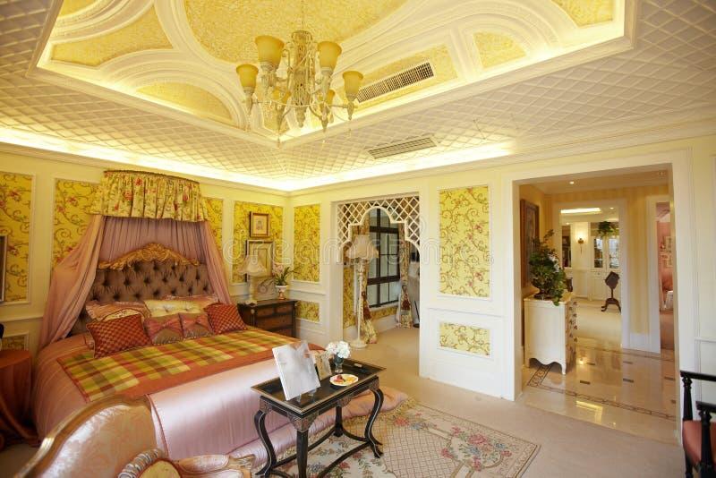 De moderne slaapkamer van het luxehuis stock fotografie