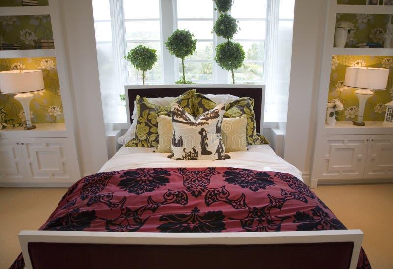 De moderne slaapkamer van het luxehuis. stock afbeelding