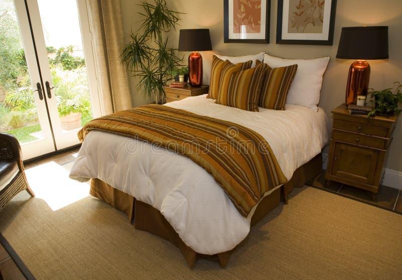 De moderne slaapkamer van het luxehuis. stock foto's