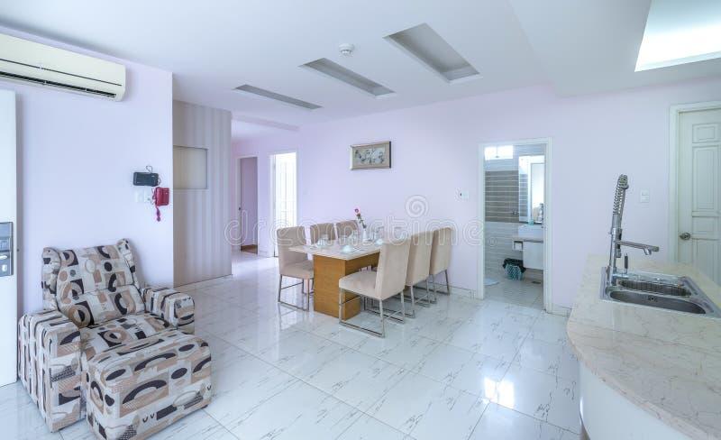 De moderne stijlflat combineert woonkamer, eetkamer, grote ruimte royalty-vrije stock afbeelding
