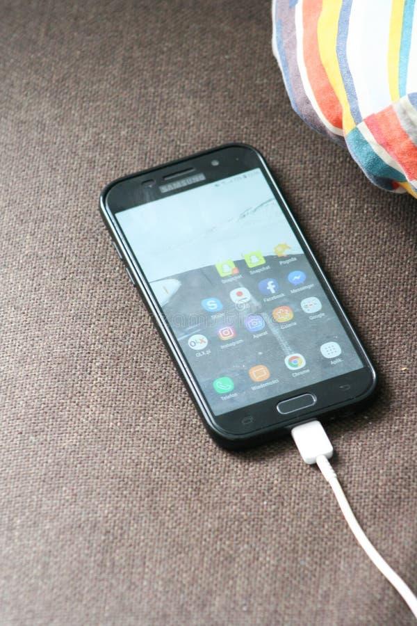 De moderne telefoon van Samsung met het scherm  Smartphone met het laden wordt verbonden die royalty-vrije stock afbeeldingen