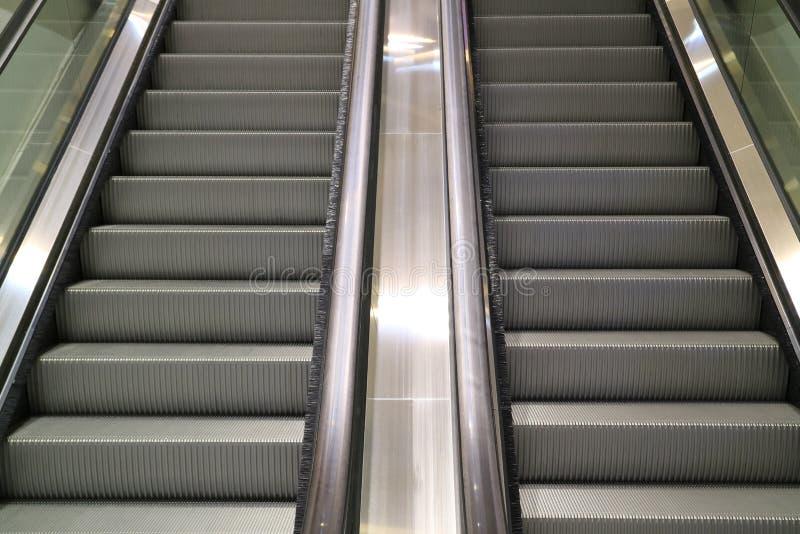 De moderne trap van de stijl dubbele roltrap in een winkelcomplex stock afbeelding