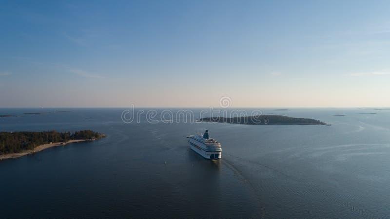 De moderne veerboot vertrekt van haven van Helsinki aan Tallinn Het reizen in Oostzee stock fotografie