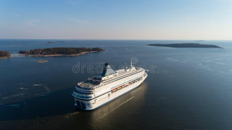 De moderne veerboot vertrekt van haven van Helsinki aan Tallinn Het reizen in Oostzee stock afbeeldingen