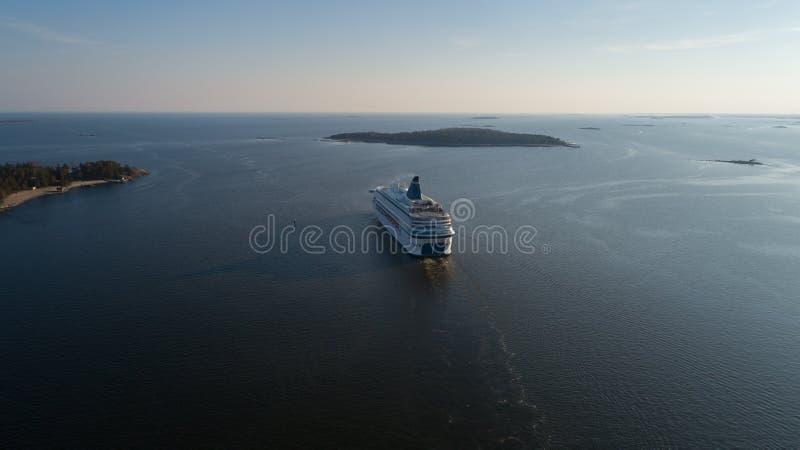 De moderne veerboot vertrekt van haven van Helsinki aan Tallinn Het reizen in Oostzee royalty-vrije stock foto's