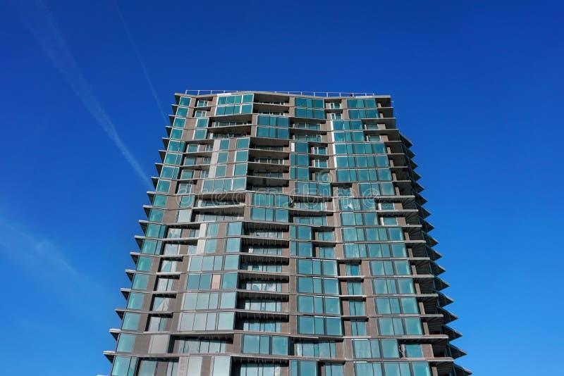 De moderne verlaten bouw De verlaten concrete bouw Eigentijdse architectuur onvolledig De bouw van fragment met vensters stock afbeelding