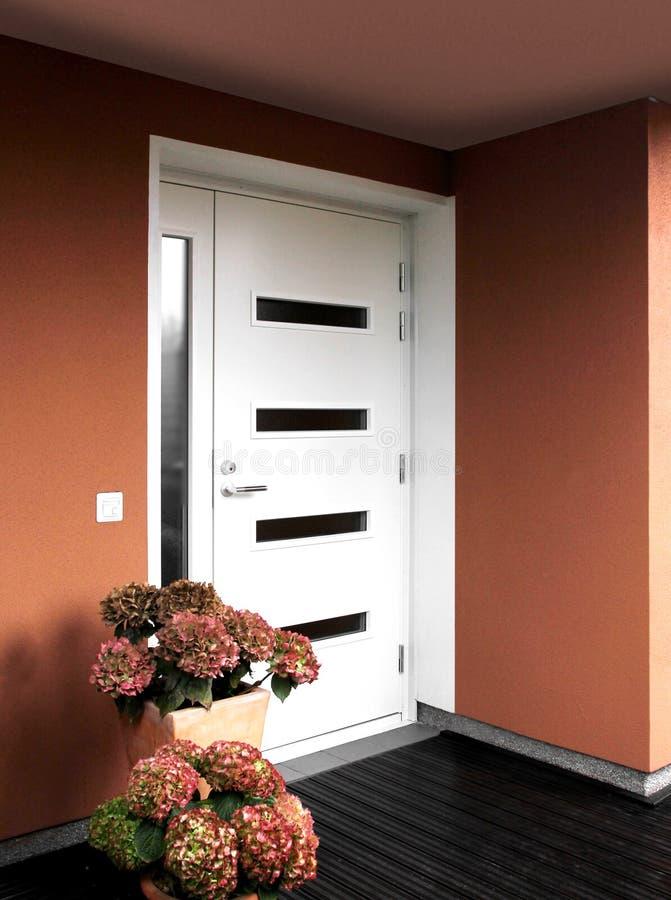 De moderne voordeur van de huisingang stock fotografie
