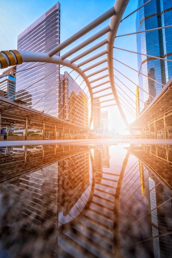 De moderne vorm van de structuurbrug en de bouw bij station in Bangkok stock foto's