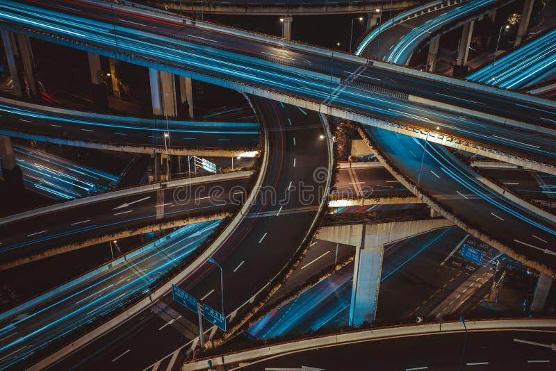 De moderne weg van het stadsverkeer bij nacht Vervoerverbinding stock foto