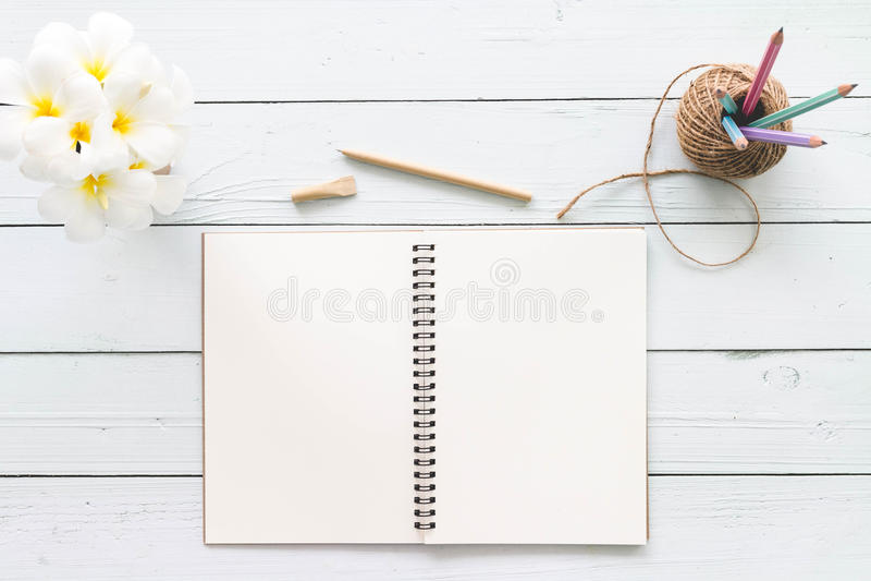 De moderne witte houten lijst van de bureaudesktop met notitieboekje, blocnote a royalty-vrije stock foto's