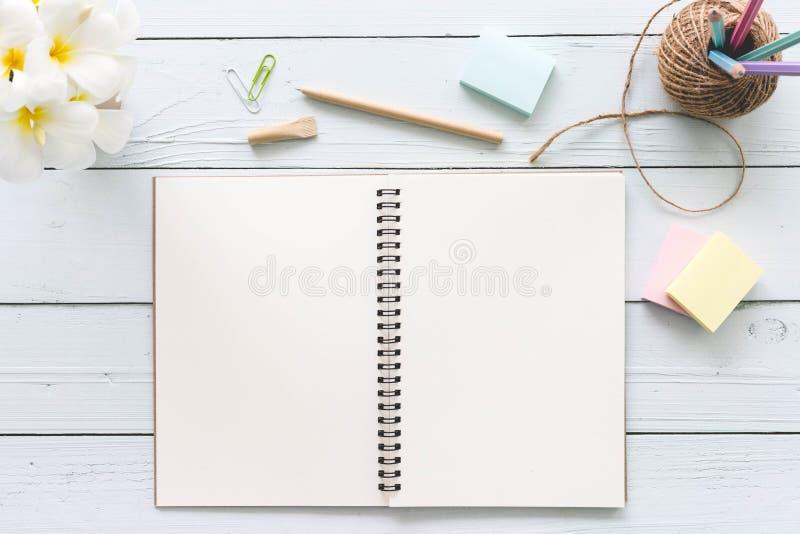 De moderne witte houten lijst van de bureaudesktop met notitieboekje, blocnote a stock foto