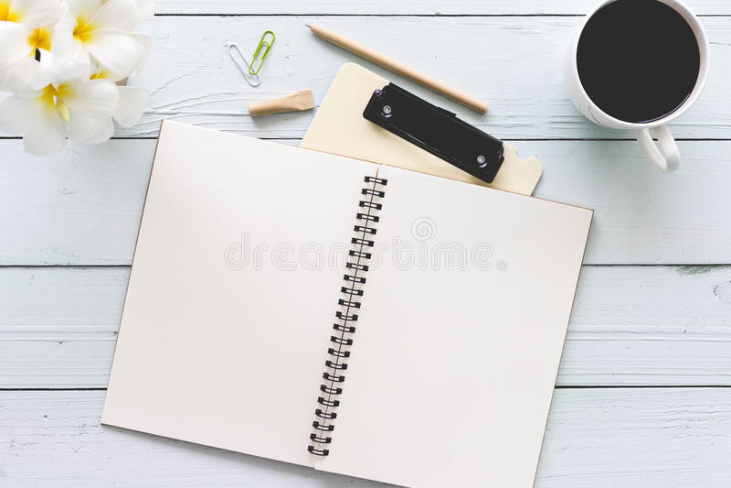 De moderne witte houten lijst van de bureaudesktop met notitieboekje, blocnote a stock afbeelding