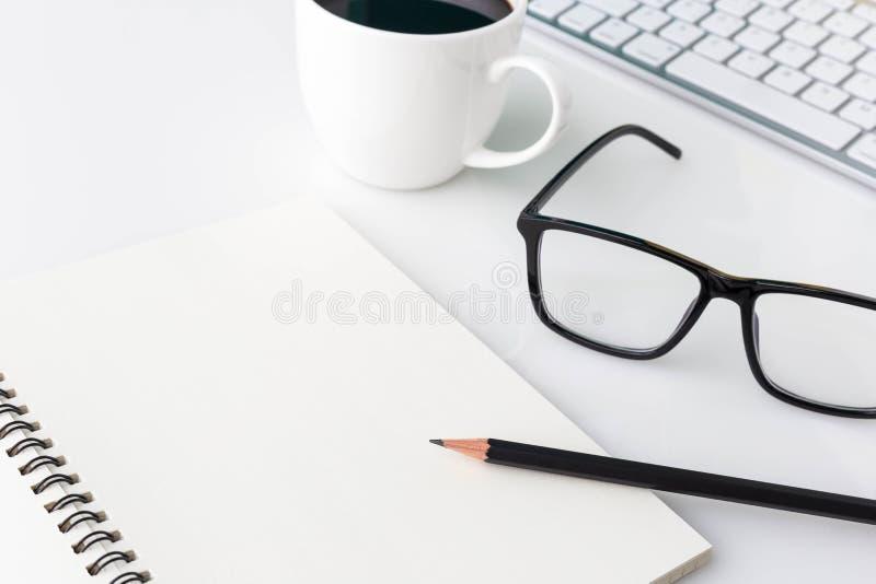 De moderne witte lijst van de bureaudesktop met computerlaptop, noteboo royalty-vrije stock afbeeldingen