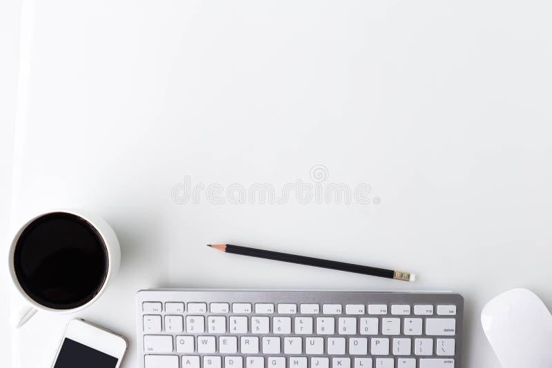 De moderne witte lijst van de bureaudesktop met een kop van koffie, verwerkt gegevens stock foto's
