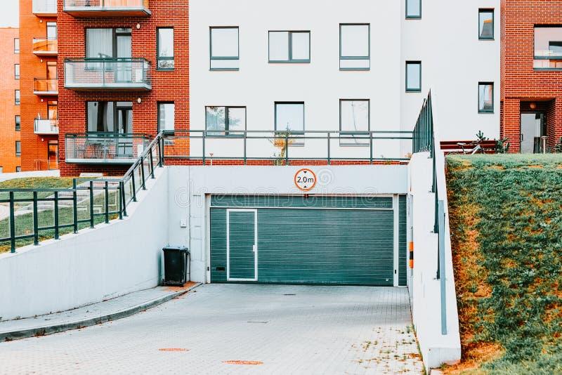 De moderne woonflatgebouwbouw met garage en parkeren stock afbeeldingen