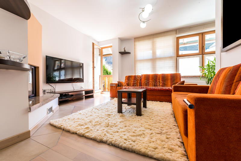 De moderne woonkamer van de flatgebouw met koopflatsflat met bank en leunstoel royalty-vrije stock foto's