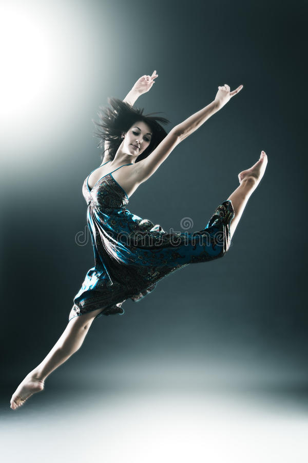 De modieuze en jonge moderne stijldanser springt