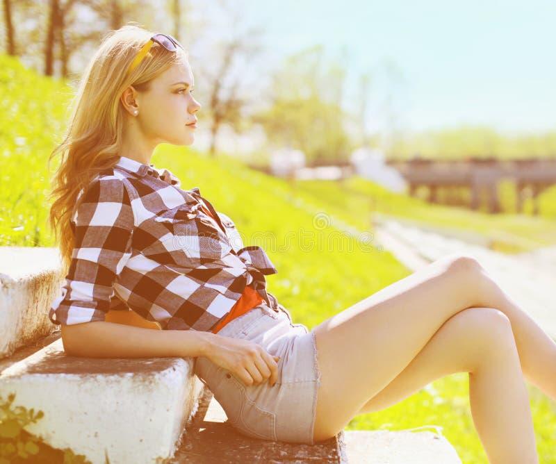 De modieuze mooie vrouw van het de zomerportret stock afbeelding