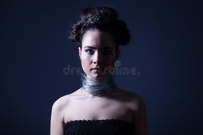De modieuze vrouw met partijkapsel en maakt omhoog stock foto's