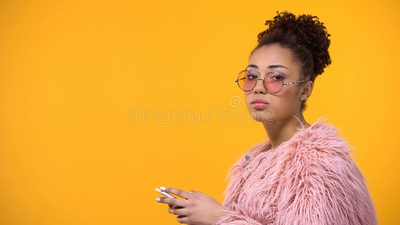 De modieuze vrouw met smartphone het in hand kijken niet beviel in camera, tiener stock fotografie