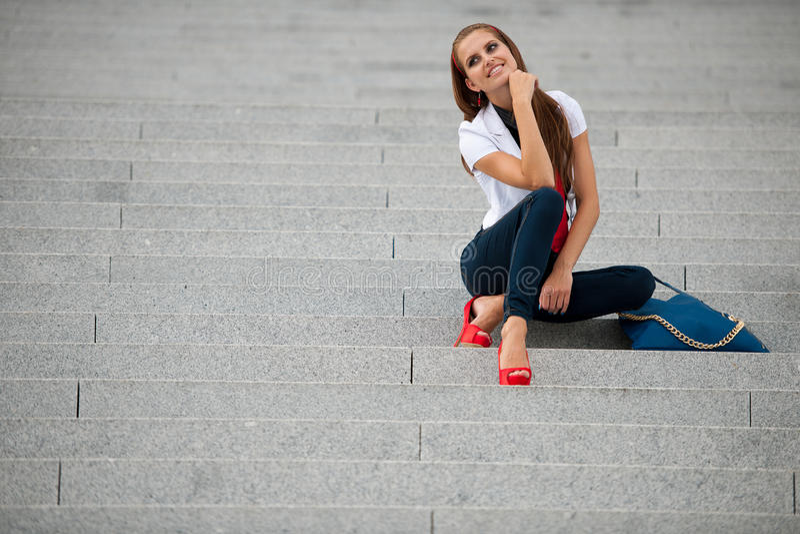 De modieuze vrouw van de blogstijl bij treden het stellen stock afbeeldingen