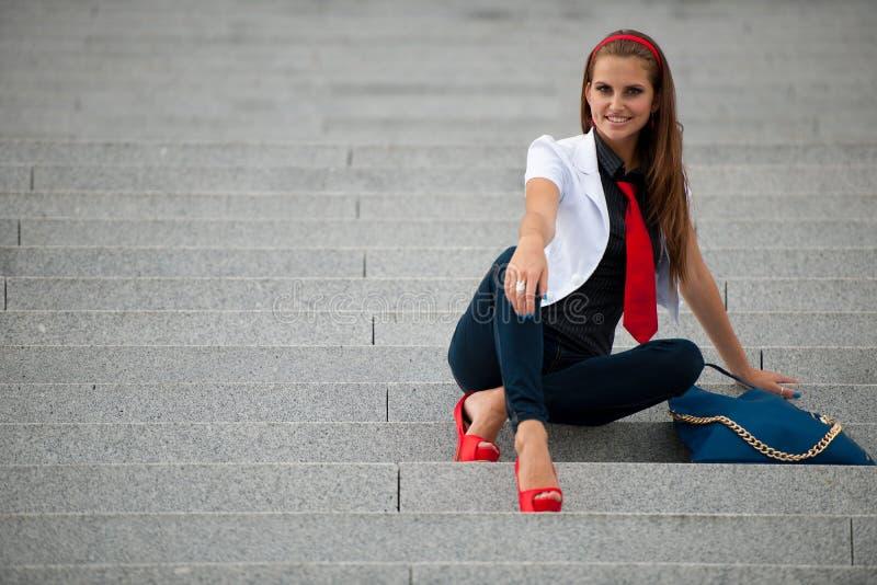 De modieuze vrouw van de blogstijl bij treden het stellen stock fotografie